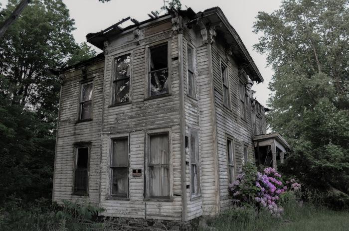 В этом доме местный шериф покончил жизнь самоубийством, сразу после освобождения заложников. Автор фото: Seph Lawless.