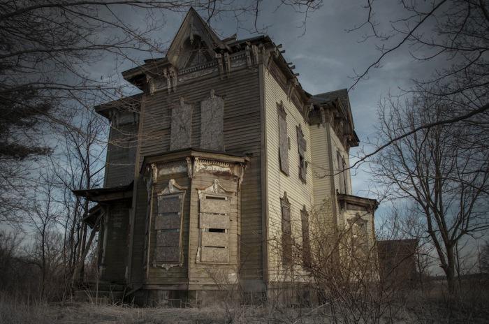 The Nova House, Янгстаун,Огайо. В этом доме, в 1958 г. Бенджамин Олбрайт случайно застрелил своего сына, после чего мужчина убил свою жену, а после и себя. Дом пустует и по сей день.
