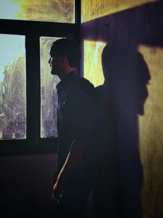 Мужчина возле окна. Автор: Shashank Shekhar.