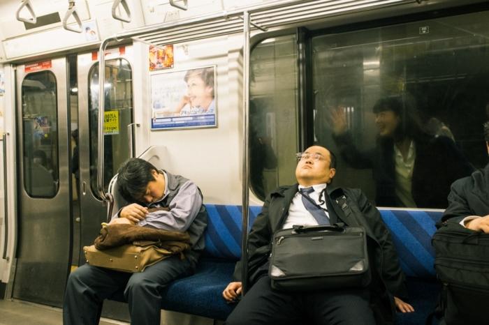 Спящие в метро. Автор: Shin Noguchi.
