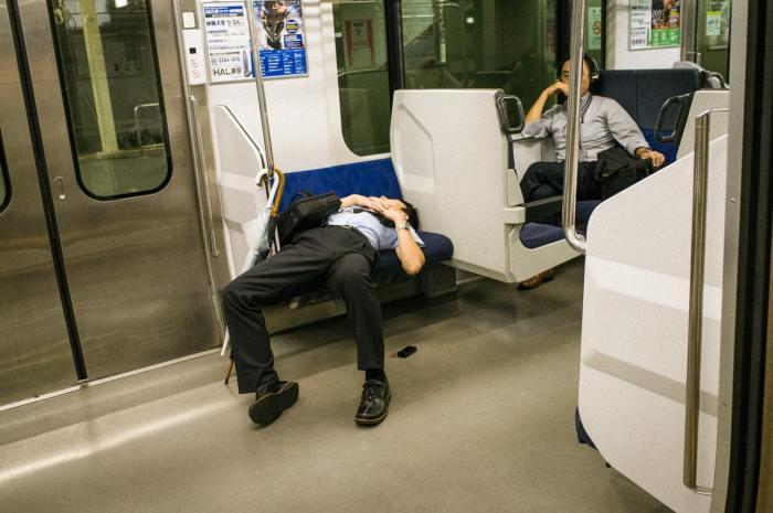 Утомлённый рабочим днём. Автор: Shin Noguchi.