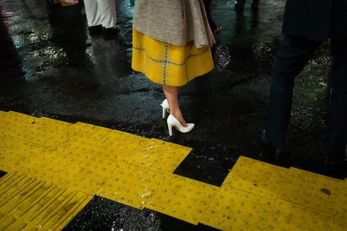 Снимок женщина в жёлтой юбке — попал в книгу «100 великих уличных фотографий». Автор: Shin Noguchi.