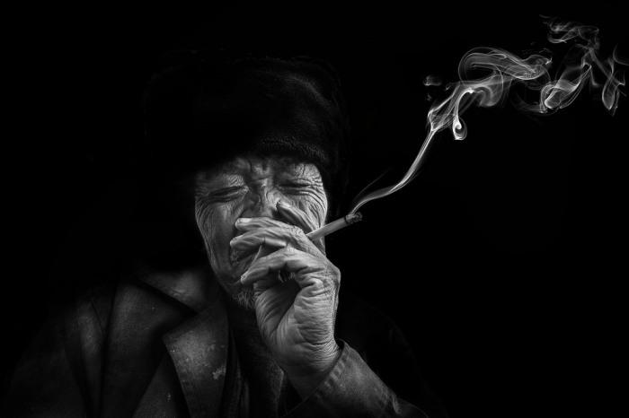 Курение сигареты, Китай. Автор: Leyla Emektar.