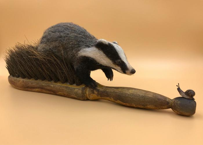 Барсук и маленькая улитка. Автор: Simon Brown.