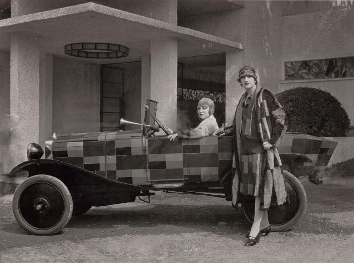 Две модели в меховых шубах, созданных Соней Делоне, 1925 год. \ Фото: lexpress.fr.
