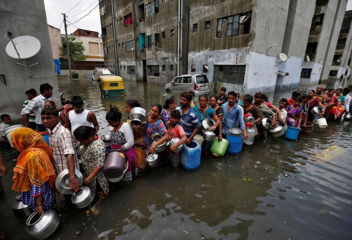Люди стоят в очереди за питьевой водой, Ахмадабад, Индия. Автор: Amit Dave.