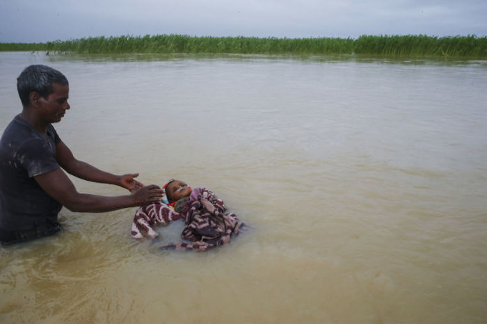 Мужчина хоронит племянника в реке, поскольку семья не смогла найти сухую землю, чтобы похоронить ребенка. Непал. Автор: Narendra Shrestha.
