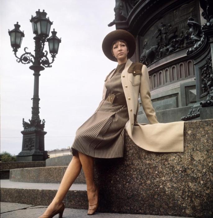 Элегантное платье в тонкую полоску и длинное пальто цвета беж, 1970-е годы.