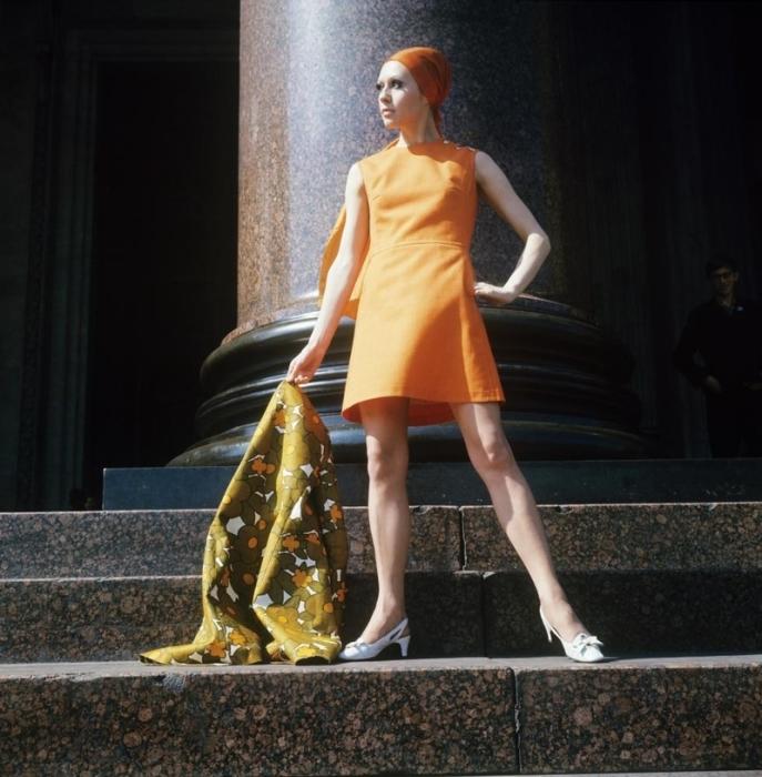 Оранжевое платье и шарф, 1970 год.