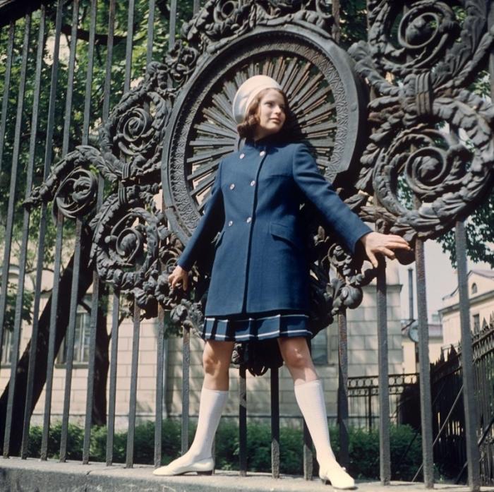 Синие пальто и юбка в клетку, 1970 год.