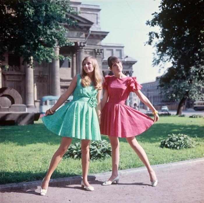 Яркие платья с широкими поясами и интересным декором, 1970-е годы.