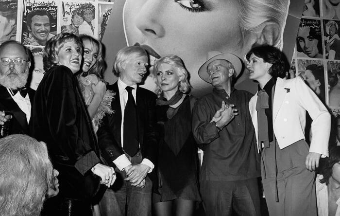 Дебби Харри, Энди Уорхол, Джерри Холл, Трумэн Капоте и другие - Студия 54, около 1979 года. \ Фото: reddit.com.