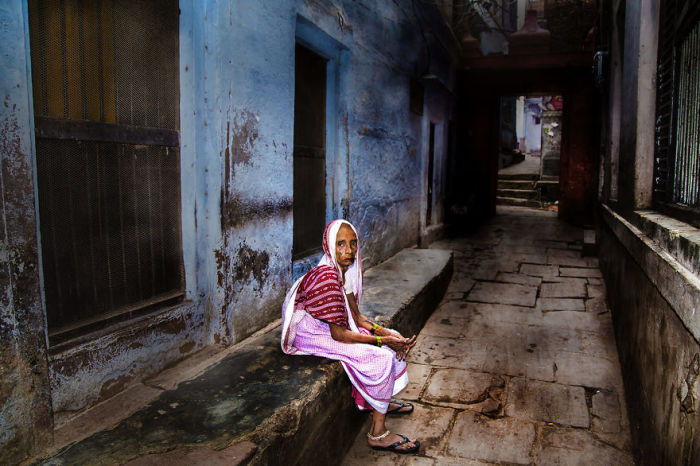 Женщина на улицах Варанаси, Индия. Автор: Swarup Chatterjee.