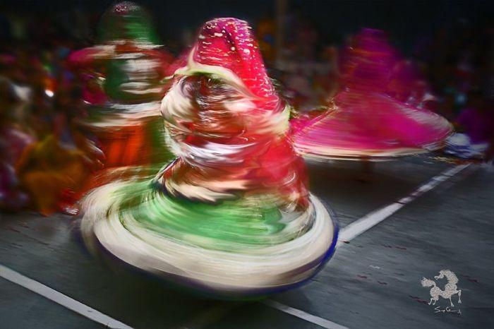 Праздничные танцы, Барсана, Индия. Автор: Swarup Chatterjee.