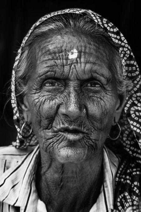 Женщина на задворках Барасны во время фестиваля Холи. Автор: Swarup Chatterjee.