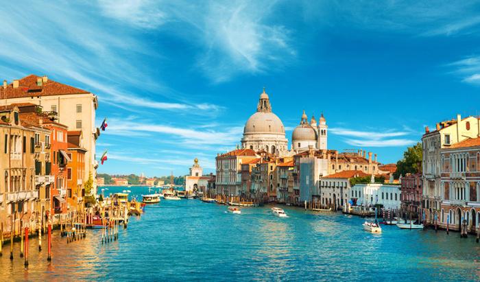 Упоительная и такая странная. Одновременно помпезная и пошарпанная Венеция, сводящая с ума.