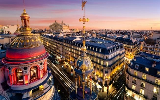 Париж — гулкий полумрак Нотр-Дама и тихий шёпот туристов в залах Лувра.