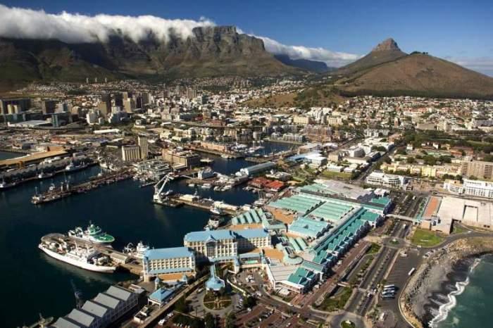 Кейптаун расположен на полуострове у мыса Доброй Надежды, возле подножия горы Тэйбл-Маунтин.