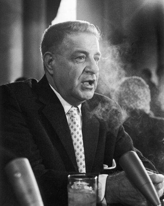 Американский гангстер, ставший информатором Джозефа Валачи, даёт показания в сенатском комитете, 1963 год. \ Фото: the-godfather4.netlify.app.