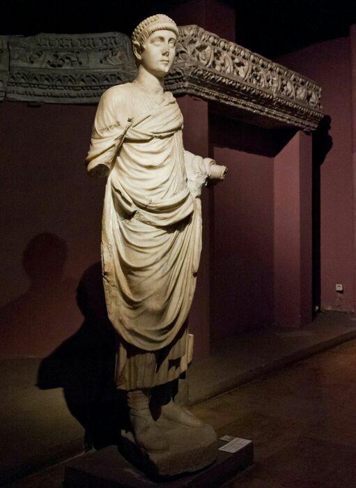 Статуя Валентиниана II. \ Фото: alchetron.com.