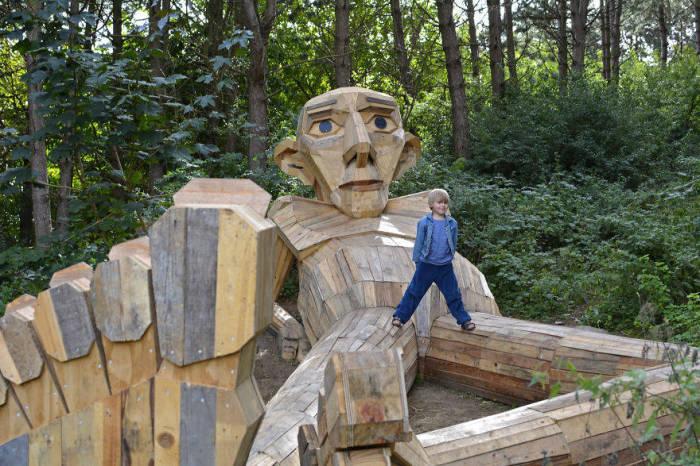 Дерев'яний чоловічок. Автор: Thomas Dambo.