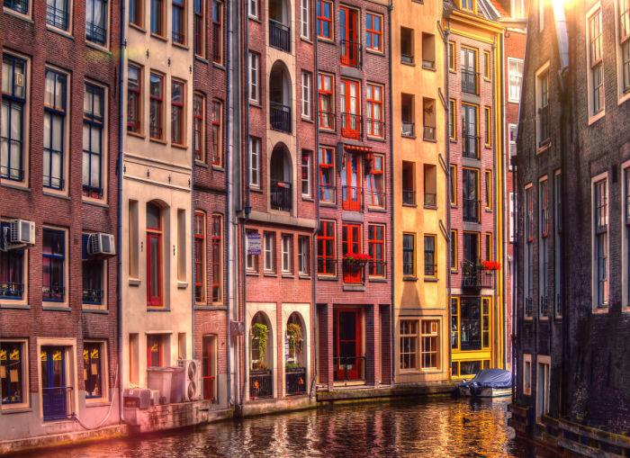 Жилые дома на набережной Амстердама. Автор: Tobias Gawrisch.