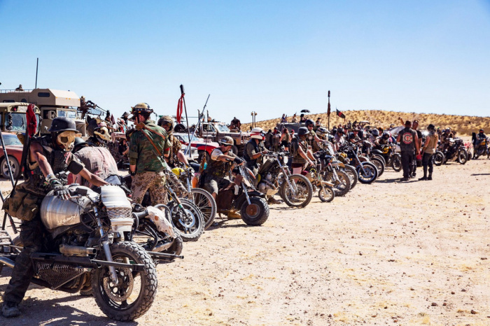 Мотоциклисты перед заездом.  У многих гонщиков шлемы в форме черепов людей, коров или птиц.