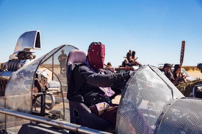 Водитель в кожаной маске сидит в «Одиноком волке» из фильма «Безумный Макс 2: Воин дороги». Этот автомобиль признали лучшей репликой на фестивале.