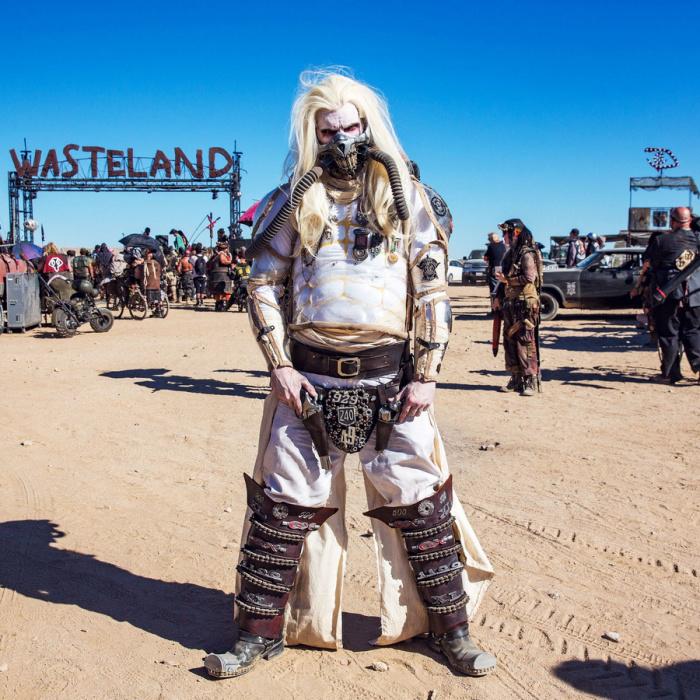 Участник фестиваля в костюме Несмертного Джо из фильма «Безумный Макс: Дорога ярости».