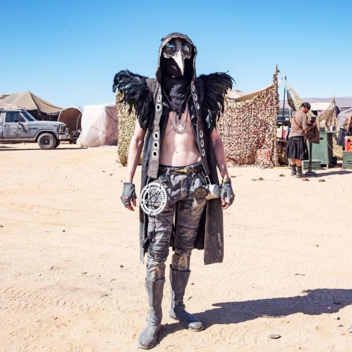 Участник Wastelander в костюме ворона.