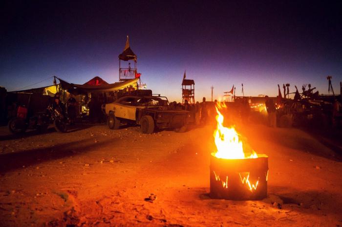 С приходом ночи всё меняется.  Люди собираются вокруг костров, разведённых в ржавых контейнерах, либо танцуют, либо борются в Thunderdome, чтобы согреться.