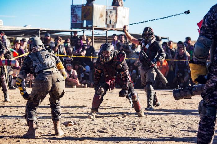 Игра в джаггер – это смесь регби, фехтования и старых добрых уличных потасовок. По сути, две команды сражаются за собачий череп.