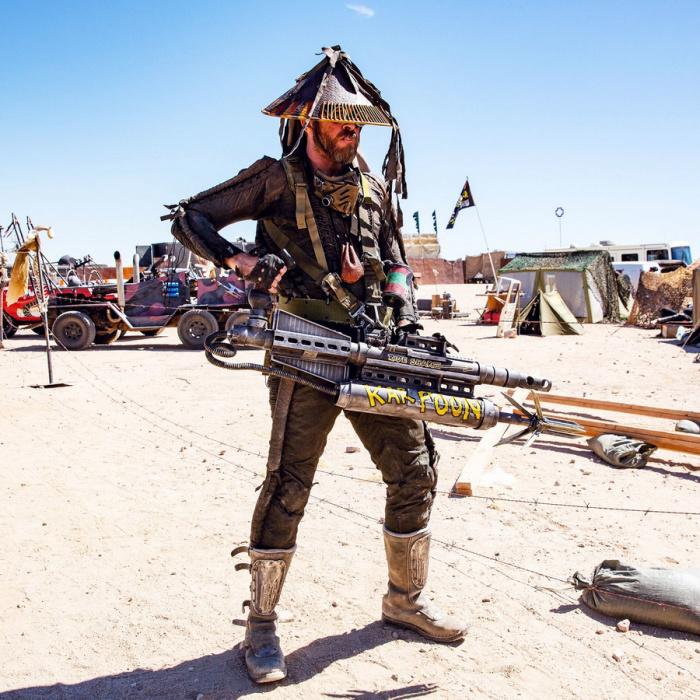 Участник Wasteland с гигантским гарпуном.