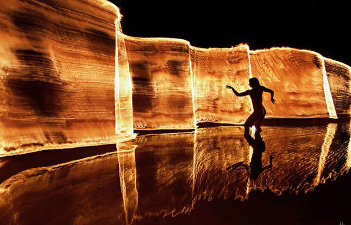Огненный танец. Фото Tom Lacoste.
