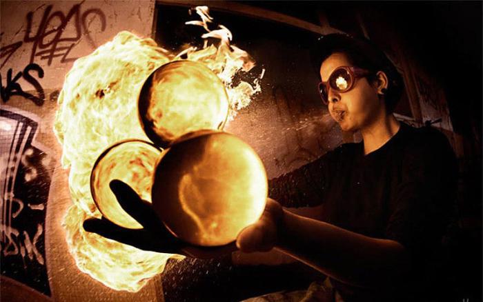 Огненные шары. Фото Tom Lacoste.
