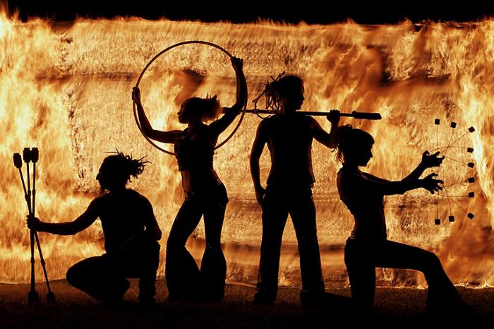 Тени огня. Фото Tom Lacoste.