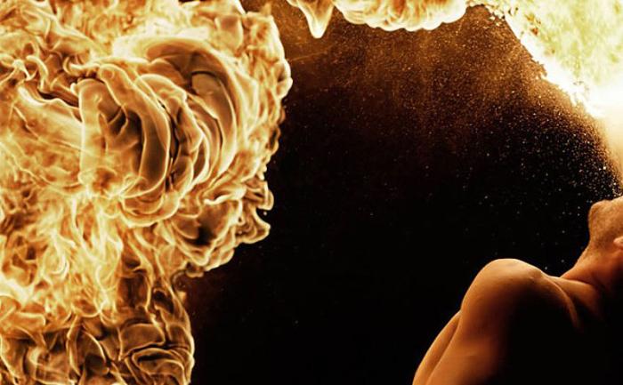 Выдыхая огонь. Фото Tom Lacoste.