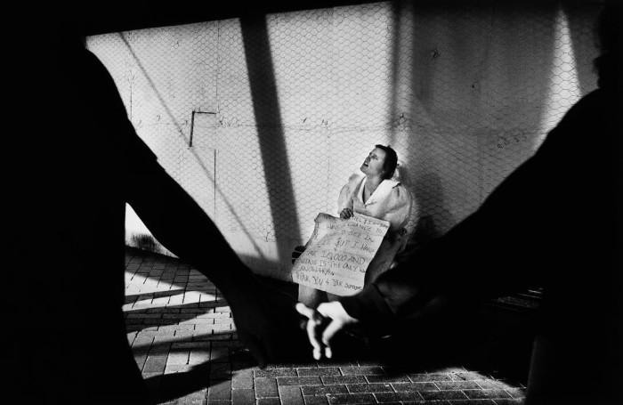 Слепая женщина, Австралия, 1999 год. Автор: Trent Parke.