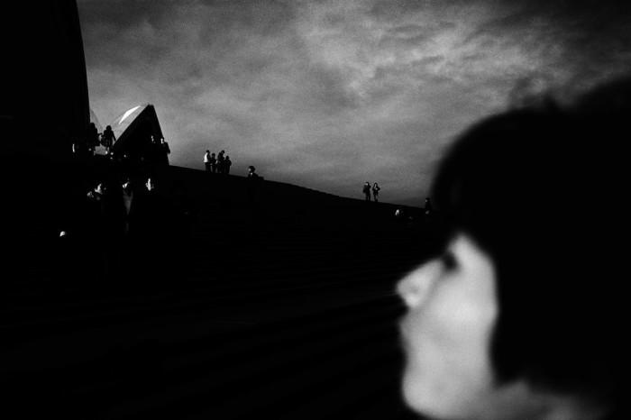 Японские школьники, идущие в Сиднейский оперный театр, Австралия, 2002 год. Автор: Trent Parke.
