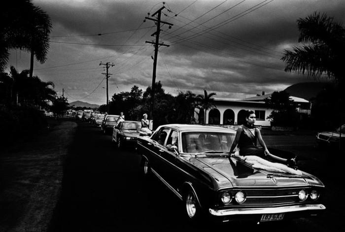 Конкурсанты Trent Parke Beauty Queen сидят на машинах во время парада по главной улице для ежегодного праздника урожая, Австралия, 2003 год. Автор: Trent Parke.
