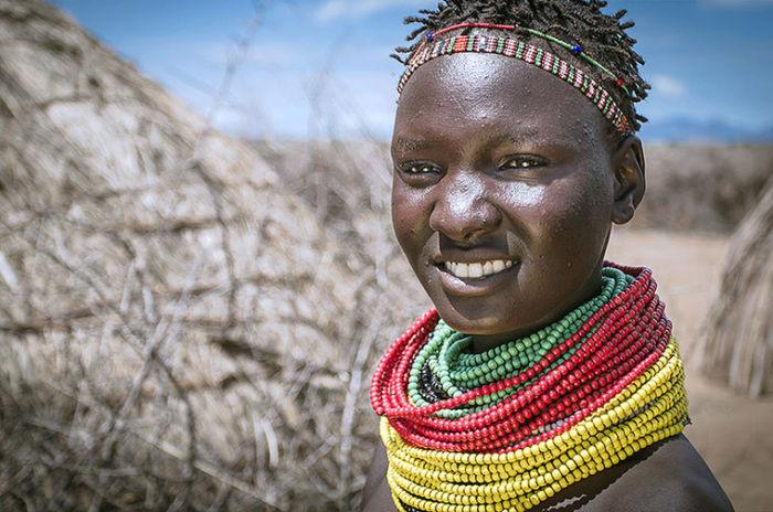 Женщины этого племени гордо носят воротники из бус.
