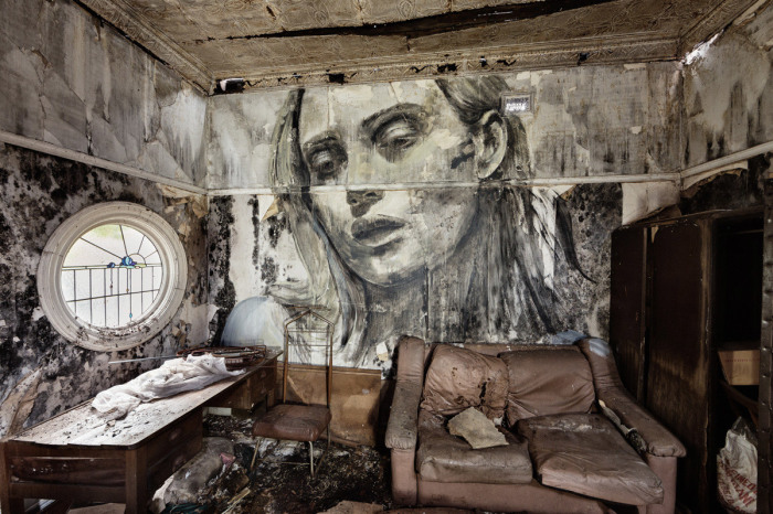 Художник рисует реалистичные портреты очаровательных девушек на стенах заброшенных зданий