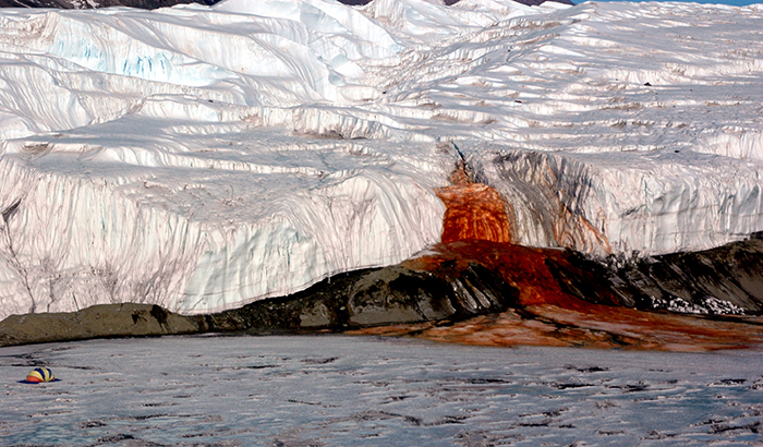 Кровавый водопад в Антарктиде.