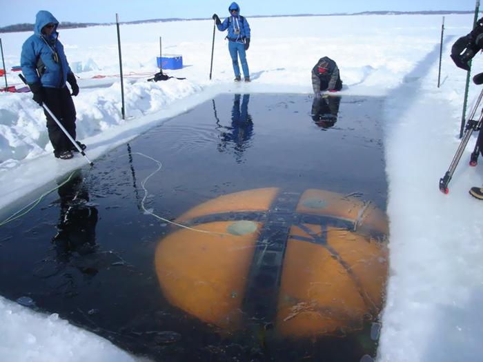 Под ледяным покровом находится более 300 крупных озёр.