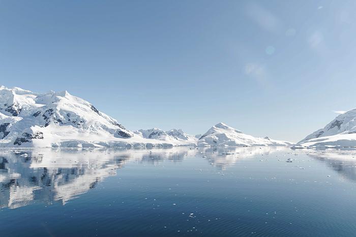 Самая низкая температура поверхности Земли, когда-либо зафиксированная в Антарктиде, составляет -144 °F (-98 °C).
