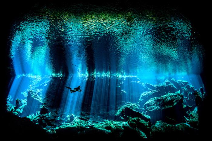 Фотограф Ник Блейк, ради выигрышного снимка опустился в мексиканский водосточный колодец Сенот Чак-Мул.