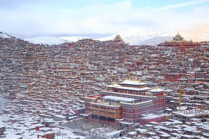 Буддийская академия Ларунг Гар Гомпа, Восточный Тибет. Автор фото: Uruma Takezawa.