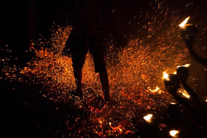 Бали, Индонезия. Ритуал, который выполняется ногами в темноте.  Автор фото: Uruma Takezawa.