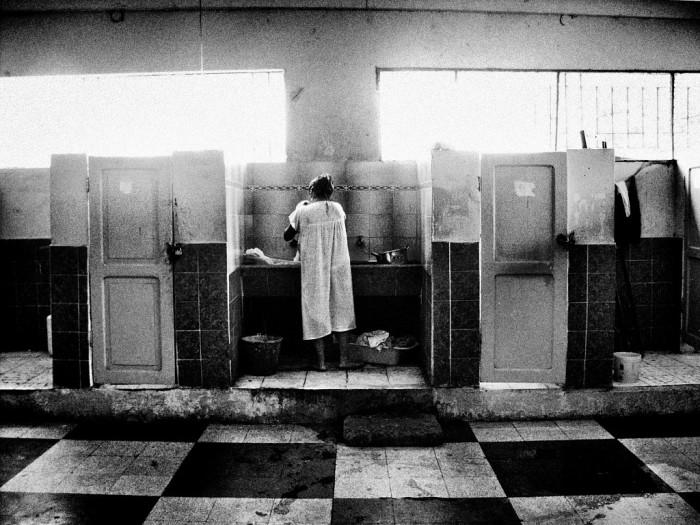 Женская тюрьма Кито Гуаякиль, Эквадор, 2004 год. На этом фото женщина готовит на общей кухне.  Автор фото: Валерио Биспури (Valerio Bispuri).