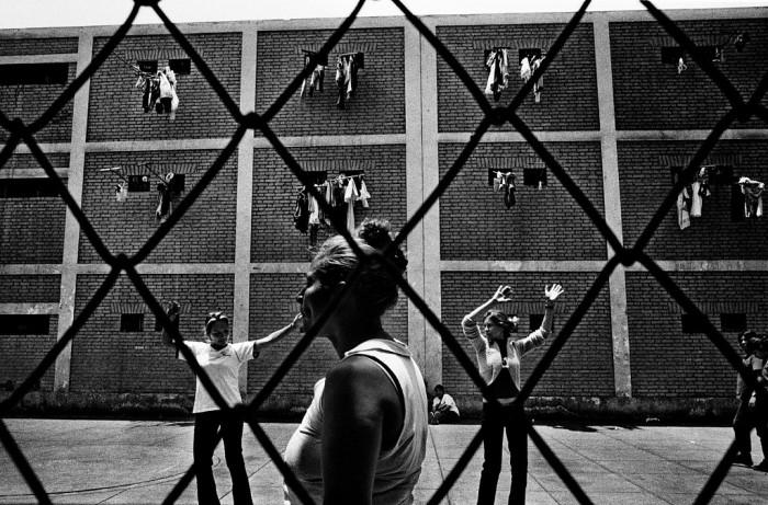 Чоррильос, женская тюрьма, Лима, Перу, 2007 год. На этом фото две молодые женщины учат друг друга танцам. Автор фото: Валерио Биспури (Valerio Bispuri).